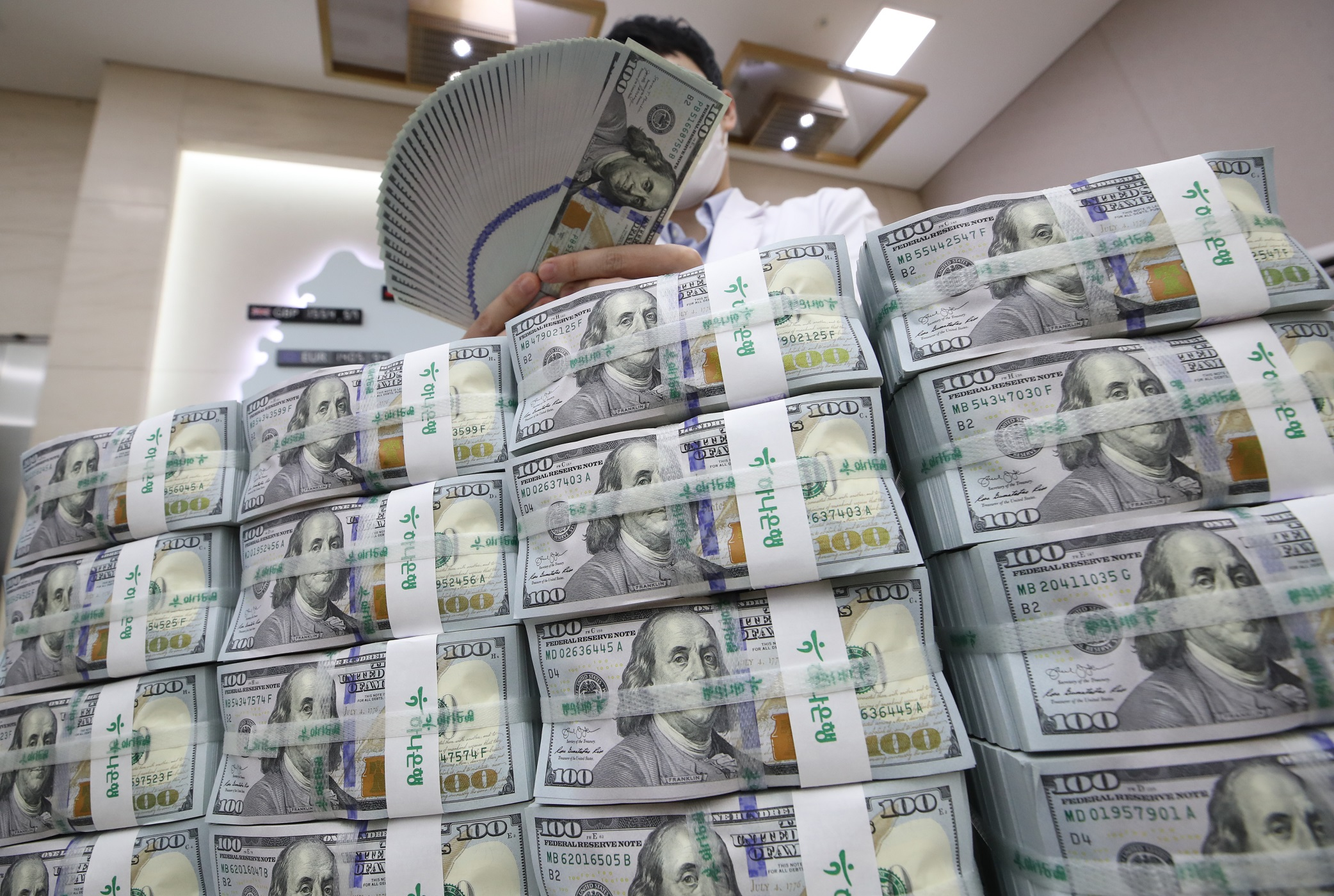Foreigners stay net sellers of S. Korean stocks in March