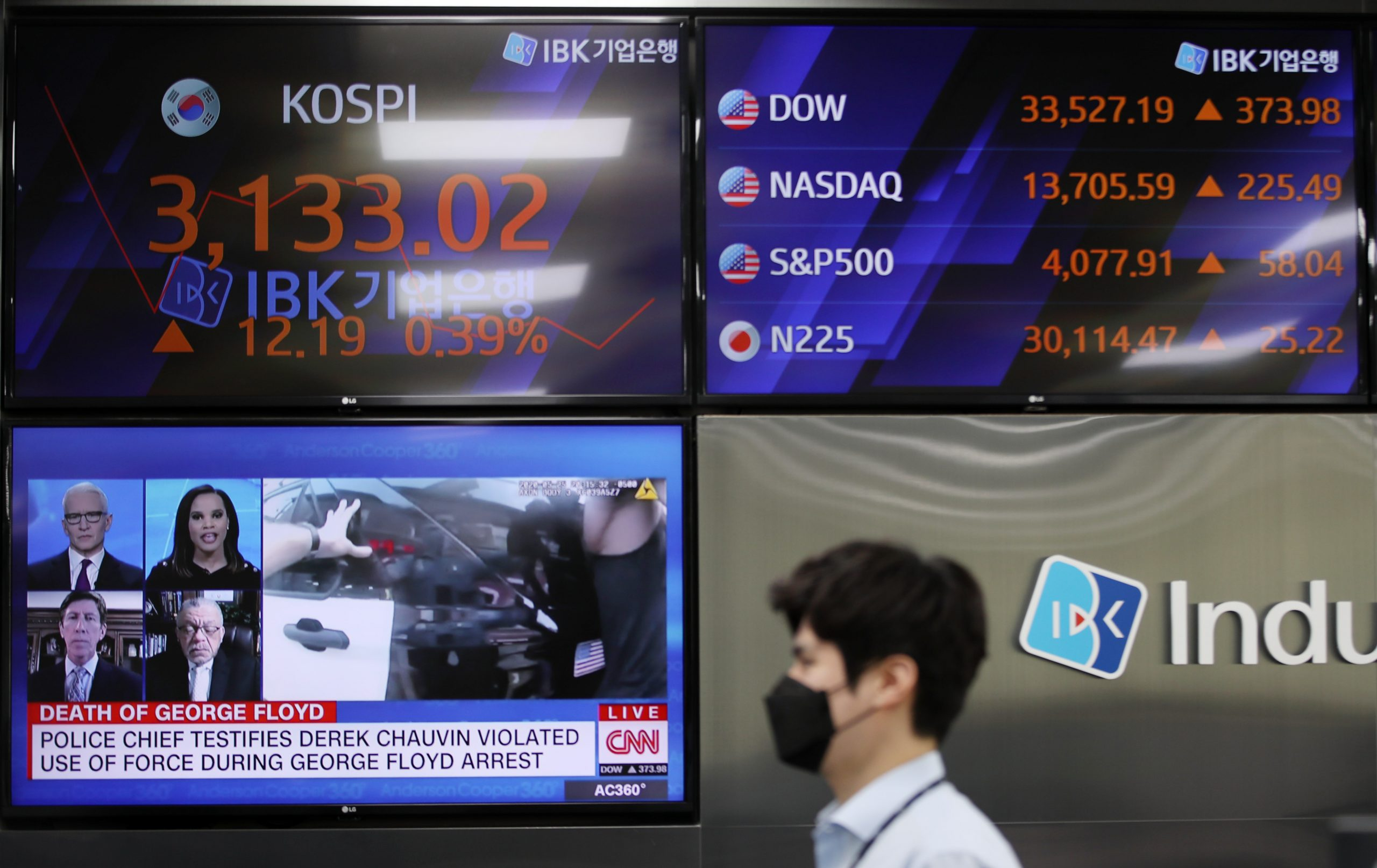 Foreign investors swoop up S. Korean stocks in April